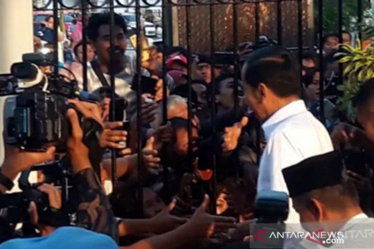 Presiden Jokowi membagikan 3.000 paket sembako untuk warga Yogyakarta