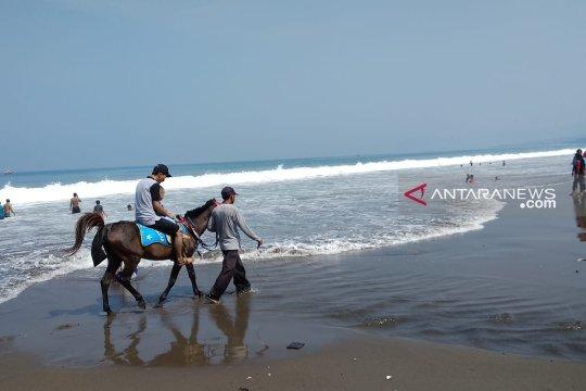 FKSD Sukabumi kerahkan puluhan personel amankan wisatawan