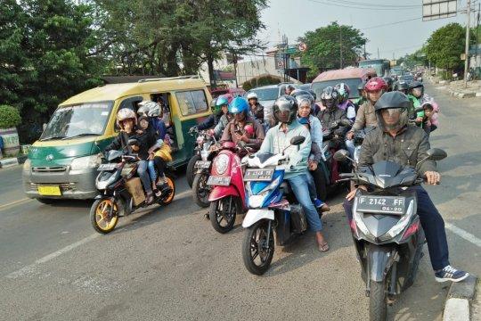 Pemudik sepeda motor 236.392 unit melintas jalan Raya Serang