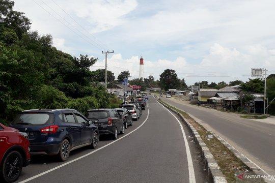 Puluhan mobil antre di Pelabuhan Tanjungkalian