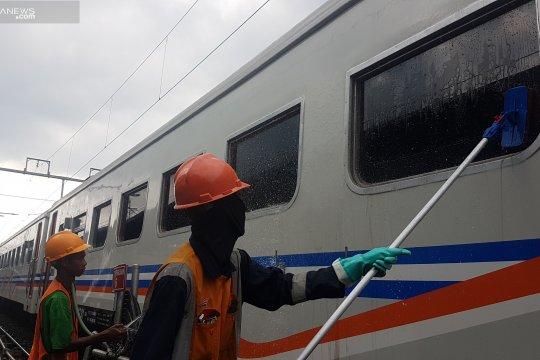 Para pencuci kereta tetap bekerja di saat Lebaran