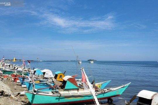 Nelayan di Takalar menikmati libur Lebaran dengan bermain karambol