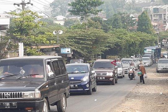 Kendaraan wisatawan di jalur penghubung Sukabumi-Bogor padat