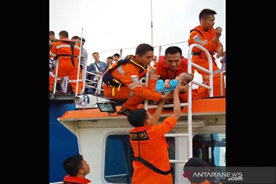 Lambung kanan KMP Mutiara tabrak karang, penumpang dievakuasi