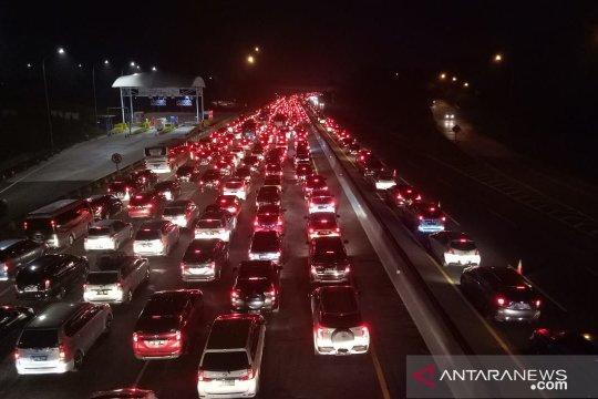 Arus jalan Tol Jakarta-Cikampek sempat padat merayap