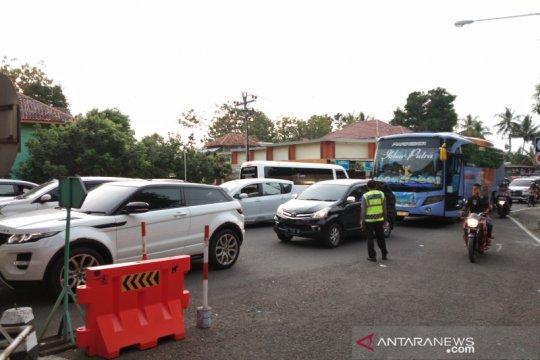 Petugas antisipasi penumpukan kendaraan wisatawan di Jembatan Kretek