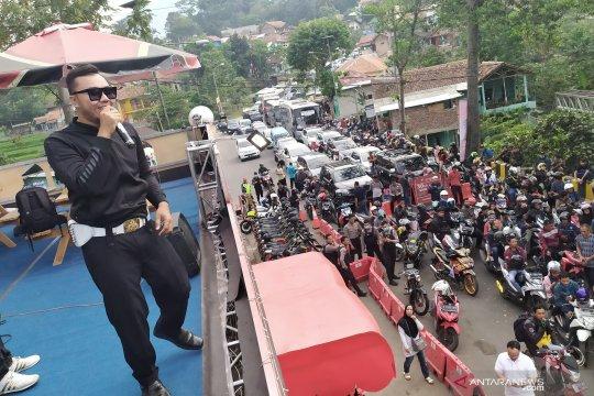 """""""Police Band"""" hibur pemudik saat diberlakukan One Way di Nagreg"""