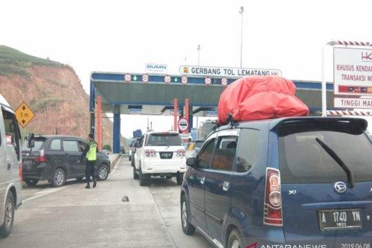 Arus balik pemudik ke Jawa ramai melintasi tol Lampung