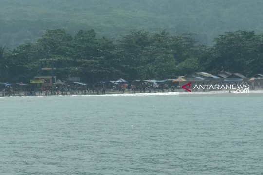 Belasan wisatawan di Pantai Karanghawu Sukabumi diserang ubur-ubur
