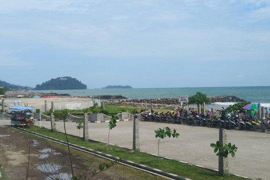 Hari terakhir liburan Lebaran, Pantai Padang dipadati wisatawan