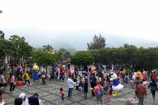 Puluhan ribu wisatawan padati Kebun Raya Cibodas
