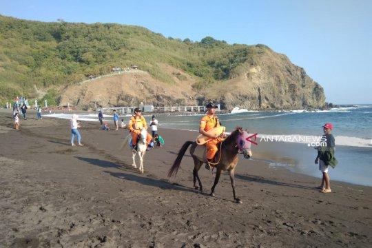Tim SAR  Jember gunakan kuda untuk patroli Lebaran di Pantai Payangan