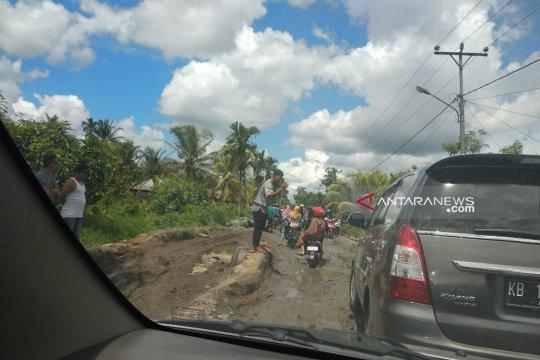 Jalan rusak hambat arus balik Lebaran di Sambas