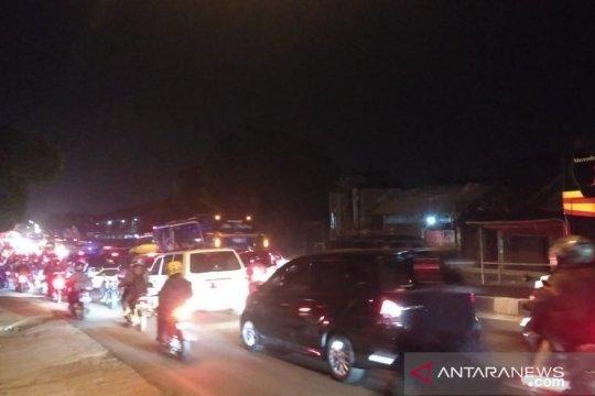 Jalan arteri Karawang macet