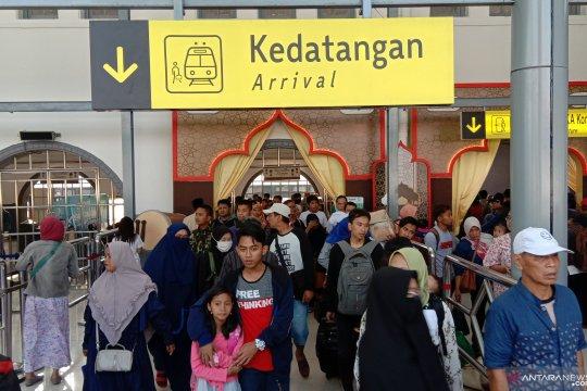 Penumpang arus balik padati stasiun kereta di Jakarta