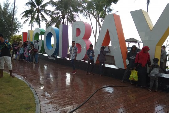 Ribuan warga Tanjungpinang nikmati pantai di Bintan