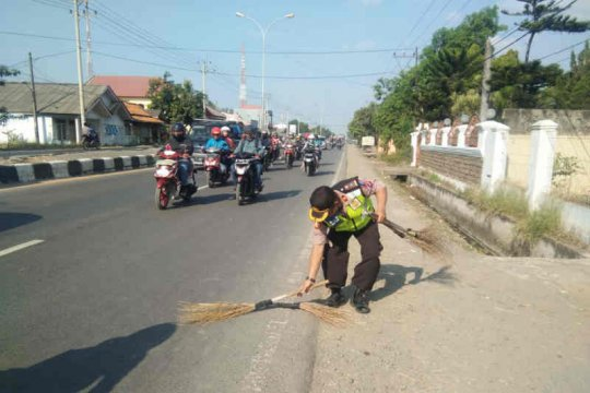 """Polres Indramayu tertibkan """"penyapu uang"""" di Jembatan Kali Sewo"""