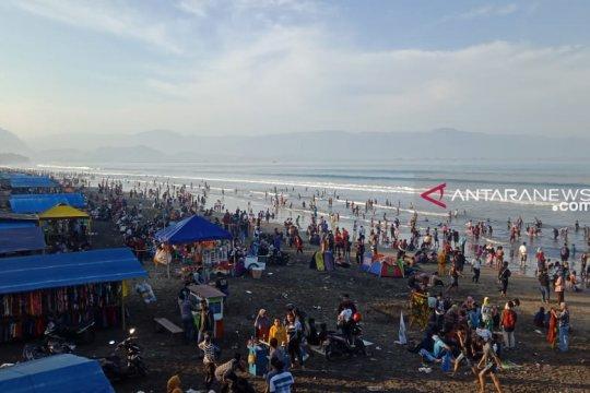 Wisatawan yang datang ke laut Sukabumi berkurang di H+3
