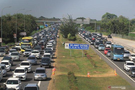 "Petugas ungkap kendala ""one way"" dan ""contraflow"" Tol Jakarta-Cikampek"