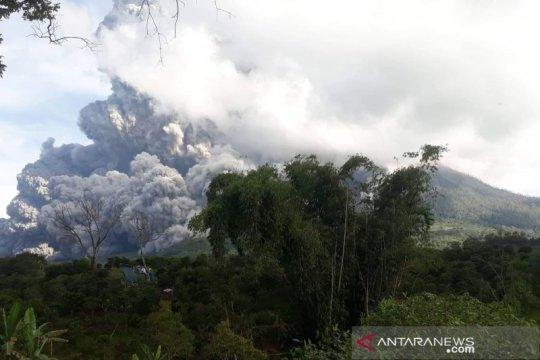 Gunung Sinabung menyemburkan abu vulkanik