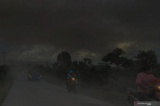 Abu vulkanik Gunung Sinabung sampai Aceh Selatan