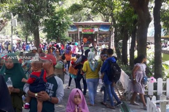 Kebun Binatang Surabaya dipadati pengunjung libur Lebaran