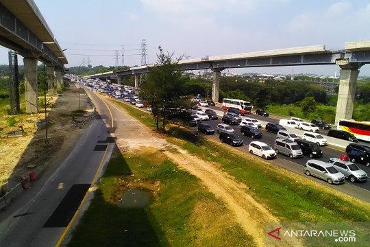 Arus balik Lebaran jalan tol Jakarta-Cikampek padat
