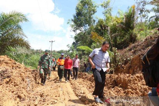 Pemindahan longsoran tanah di Kuala Behe dipimpin langsung bupati