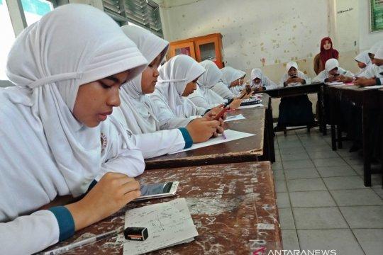 485 pelajar MTs Aceh Barat ujian semester pakai ponsel pintar