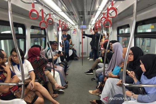 5.000 warga Jakarta coba layanan LRT di hari pertama uji publik