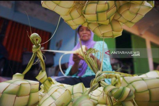 Penjual cangkang ketupat musiman raup untung pada Lebaran