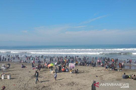 Wisatawan masih ramaikan pantai di Sukabumi