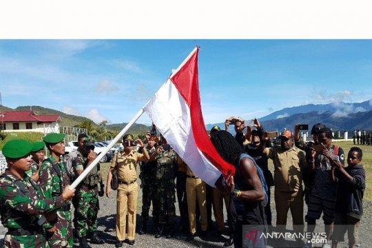 Kembali ke NKRI, mantan ajudan Goliat Tabuni cium Bendera Merah Putih