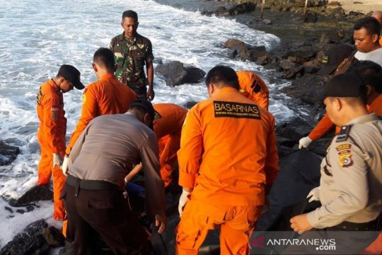 Tim SAR evakuasi jenazah pemancing di Pantai Lhoknga