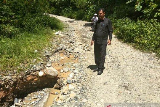 Jalan lintas Aceh Barat-Pidie terancam putus total akibat longsor