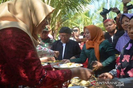 Pemkab bagikan 1.000 buah ketupat di Lebaran Ketupat