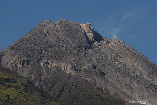 Gunung Merapi meluncurkan empat guguran lava ke kali Gendol