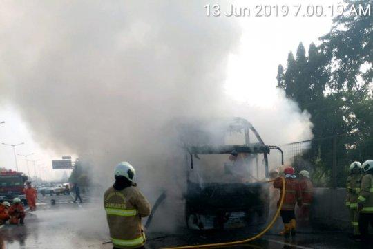 Sebuah bus hangus terbakar di Tol JLB Jakarta Barat