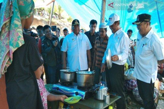 Mentan serahkan bantuan pangan korban banjir Konawe Utara