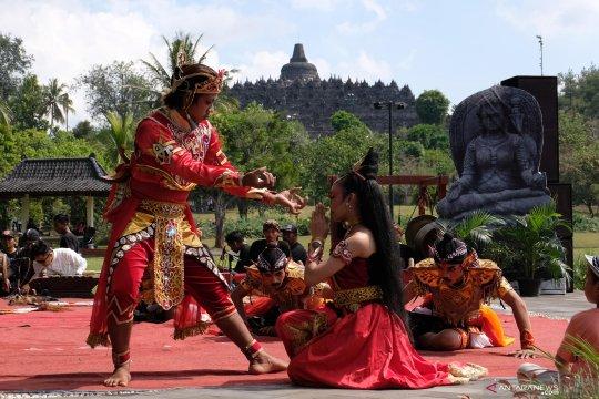 Pentas Sendratari Kidung Karmawibangga di kompleks Candi Borobudur