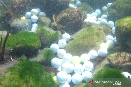 Sampah bola golf menumpuk di dasar Samudra Pasifik
