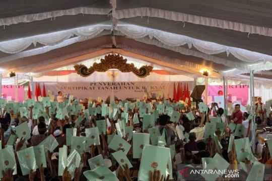 Jokowi kembali bagikan sepeda saat serahkan sertifikat tanah di Bali