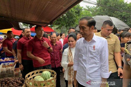 Didampingi Ibu Negara, di Pasar Sukawati Presiden belanja buah-buahan