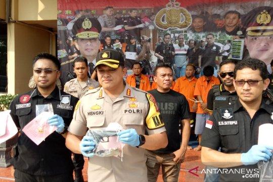 Polres Metro Jakarta Barat bekuk empat pencuri pistol anggota Brimob