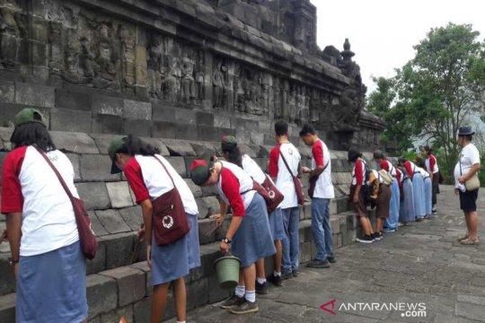 Ratusan pelajar bersihkan Candi Borobudur memperingati Hari Purbakala