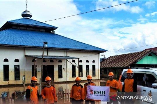 Laznas BMH bersihkan masjid dan dampingi korban banjir Konawe Utara