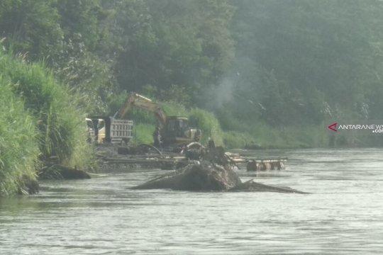 Dasar sungai Brantas turun 5-10 meter akibat penambangan liar