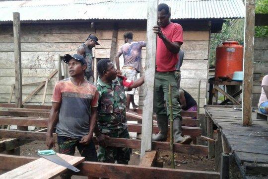 Rumah tokoh adat Distrik Bonggo-Papua dibangun bersama warga dan TNI