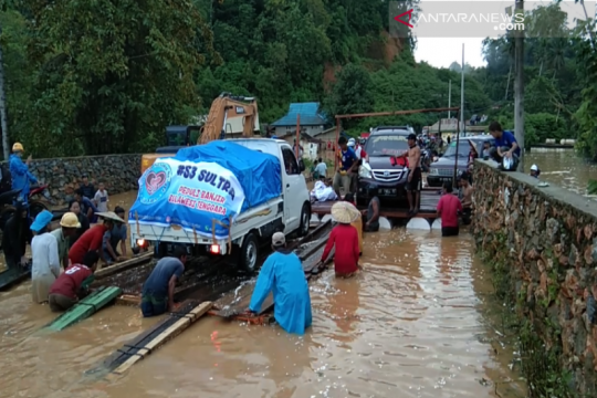 Relawan berjuang bantu korban banjir Konawe Utara