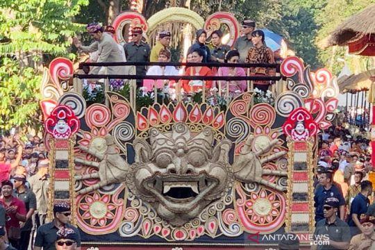 Presiden Jokowi naik kendaraan hias berpawai di Pesta Kesenian Bali